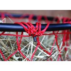 Pomočnik za polnjenje sena v mreže za seno